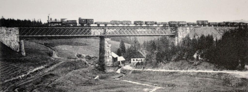 Na tomto obrázku je pravděpodobně řada III Buštěhradské dráhy 322.2 ČSD (s písečníkem přestěhovaným z brukny na kotel), 324.3 nebo 412.0