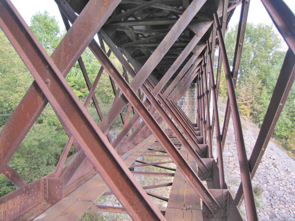 Vnitřek nosné konstrukce mostu v Holubově [zdroj : SŽDC]