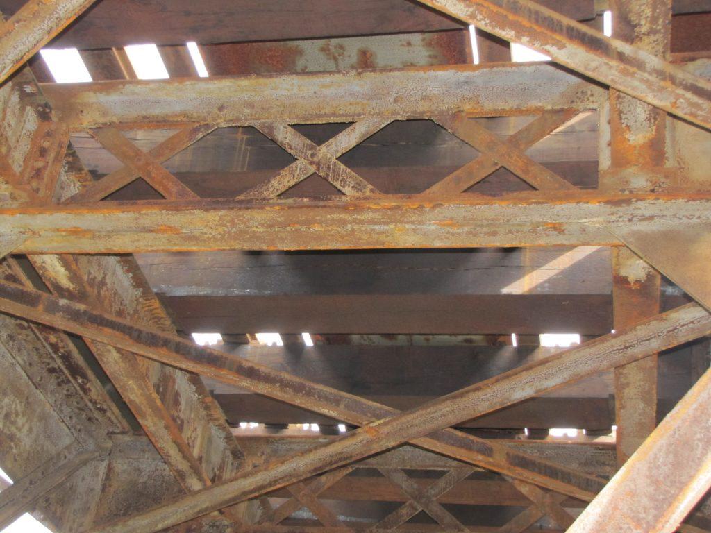 Pohled z z konstrukce na mostovku. Jsou vidět dřevěné mostnice [zdroj : SŽDC]